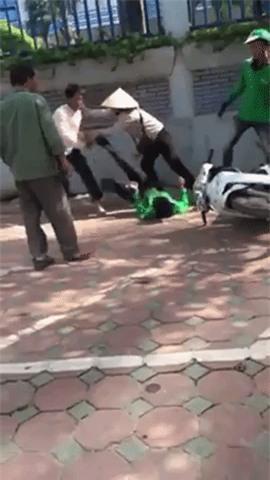 Hà Nội: Tài xế Grab Bike cầm gạch đánh nhau với xe ôm truyền thống tại bến xe Mỹ Đình - Ảnh 2.