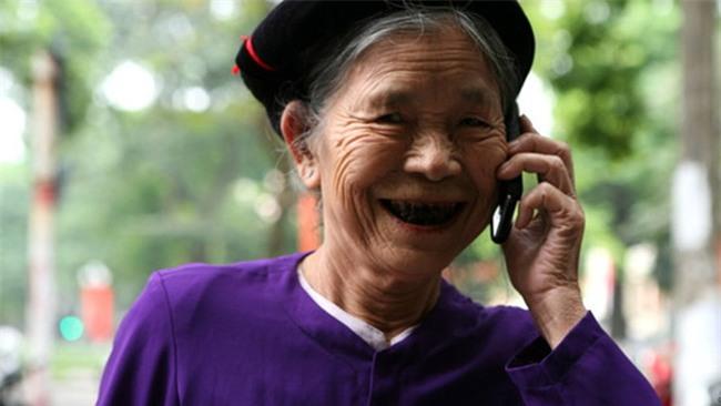 Lần đầu sử dụng điện thoại xịn, người mẹ này đã quên ăn, quên ngủ và cấm con gái đi chơi để dạy mình xài - Ảnh 7.
