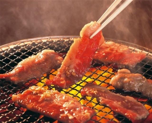 Không phải đặt thịt lên phía trên than để nướng là đúng đâu, vị trí đúng nhất chính là đây - Ảnh 1.
