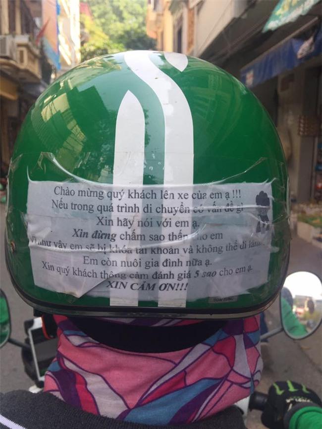 Dòng chữ trên mũ bảo hiểm của chàng trai chạy GrabBike khiến khách nữ chững lại - Ảnh 1.