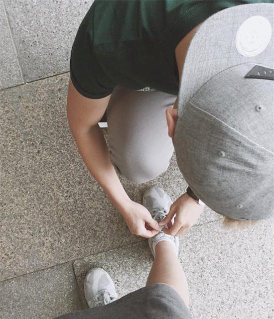 Soái ca áo đỏ quỳ gối, buộc dây giày cho bạn gái gây xôn xao mạng xã hội - Ảnh 2.