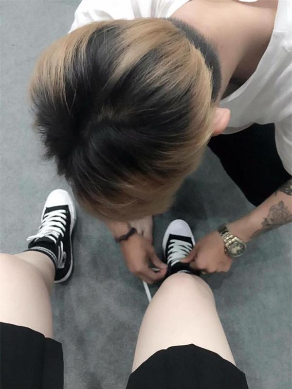 Soái ca áo đỏ quỳ gối, buộc dây giày cho bạn gái gây xôn xao mạng xã hội - Ảnh 3.