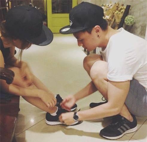 Soái ca áo đỏ quỳ gối, buộc dây giày cho bạn gái gây xôn xao mạng xã hội - Ảnh 4.