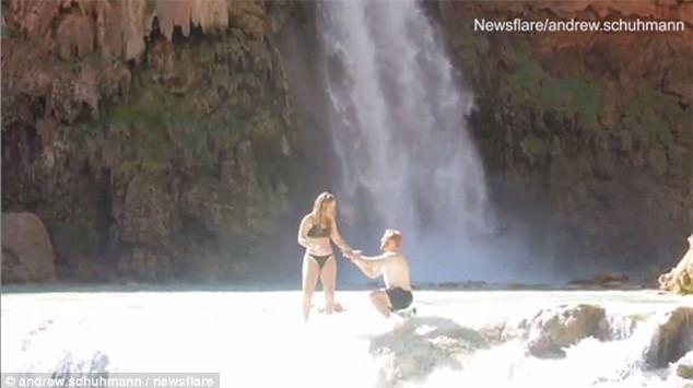 Cầu hôn bạn gái bên thác nước cho hoành tráng, chàng trai không ngờ rơi vào tình huống dở khóc dở cười - Ảnh 2.