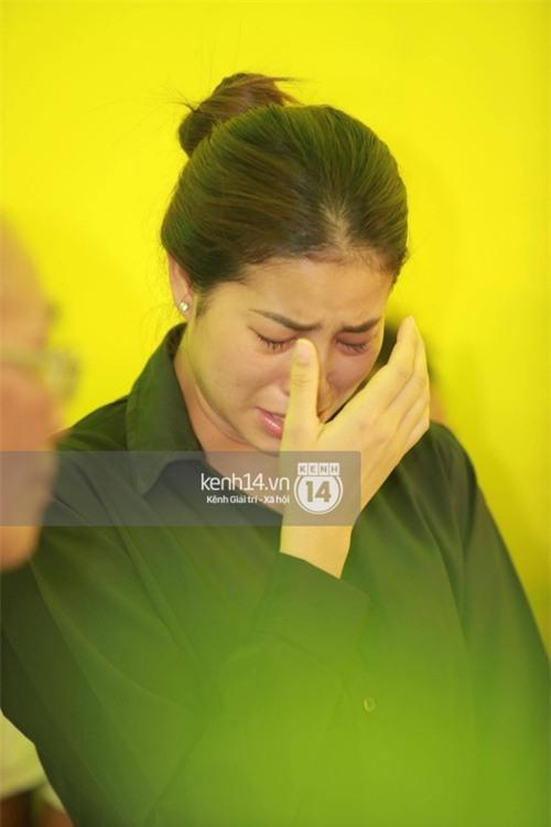 Phạm Hương liên tục khóc nấc, gương mặt tiều tuỵ trông thấy khi lo hậu sự cho bố - Ảnh 12.
