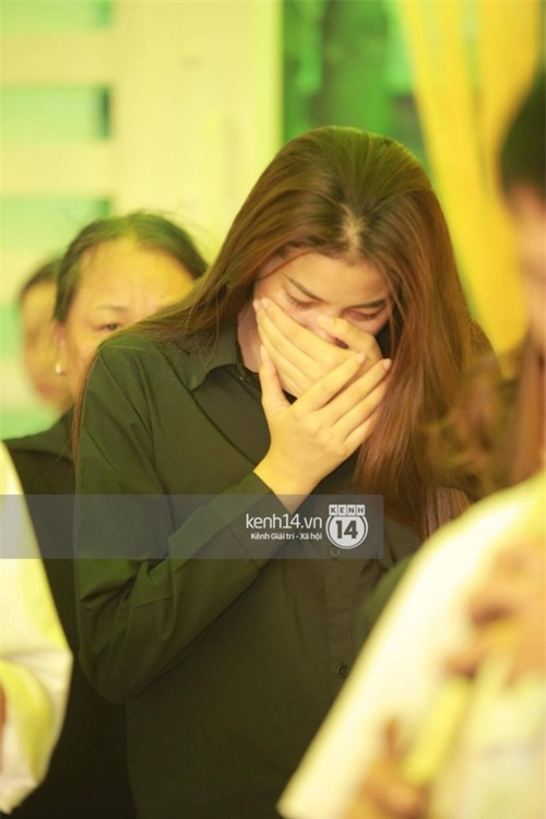 Phạm Hương liên tục khóc nấc, gương mặt tiều tuỵ trông thấy khi lo hậu sự cho bố - Ảnh 14.