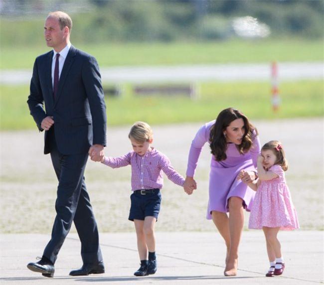 Xem cách công nương Kate Middleton khéo léo xử lí cơn ăn vạ của con y như một chuyên gia tâm lý - Ảnh 1.