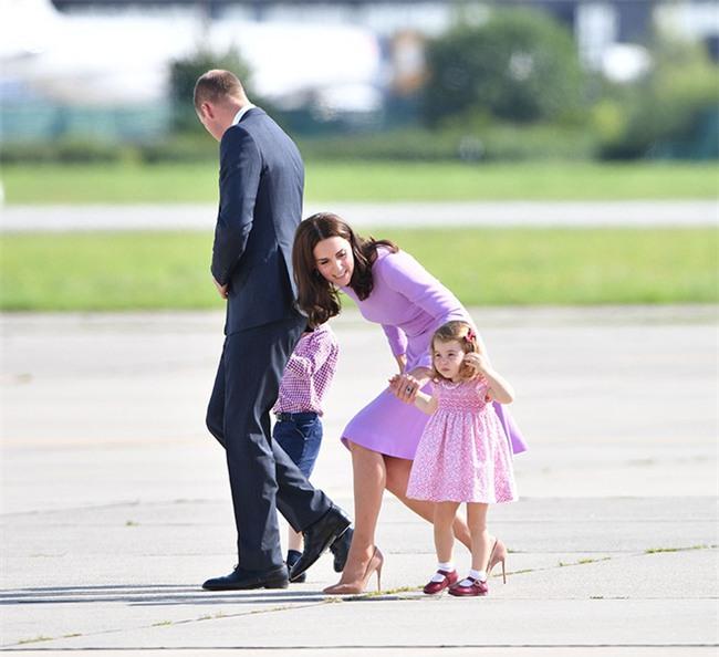 Xem cách công nương Kate Middleton khéo léo xử lí cơn ăn vạ của con y như một chuyên gia tâm lý - Ảnh 2.