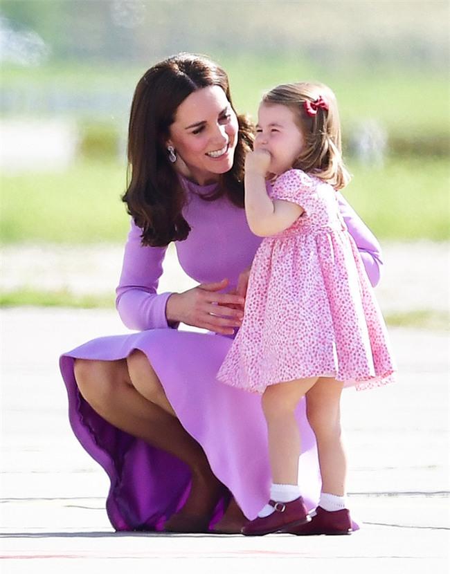 Xem cách công nương Kate Middleton khéo léo xử lí cơn ăn vạ của con y như một chuyên gia tâm lý - Ảnh 3.