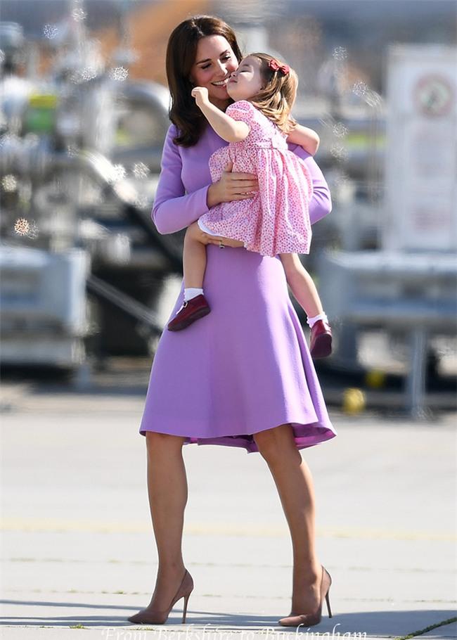 Xem cách công nương Kate Middleton khéo léo xử lí cơn ăn vạ của con y như một chuyên gia tâm lý - Ảnh 7.