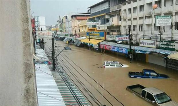 Loạt ảnh đáng sợ về thảm cảnh ngập lụt đang khiến người dân Thái Lan khốn đốn - Ảnh 11.