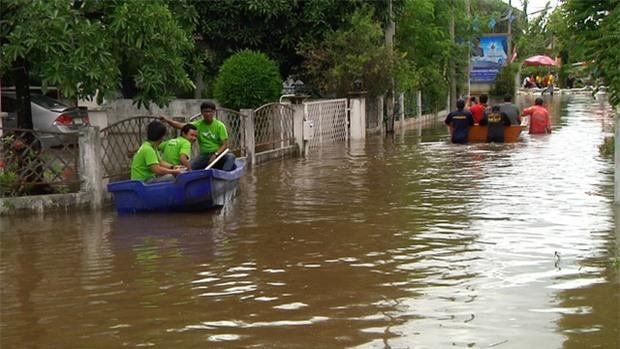 Loạt ảnh đáng sợ về thảm cảnh ngập lụt đang khiến người dân Thái Lan khốn đốn - Ảnh 4.
