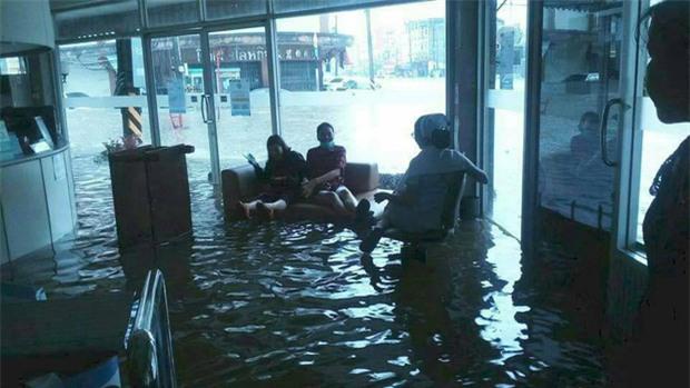 Loạt ảnh đáng sợ về thảm cảnh ngập lụt đang khiến người dân Thái Lan khốn đốn - Ảnh 7.