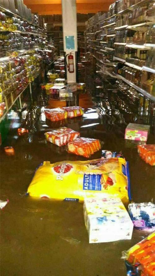 Loạt ảnh đáng sợ về thảm cảnh ngập lụt đang khiến người dân Thái Lan khốn đốn - Ảnh 9.