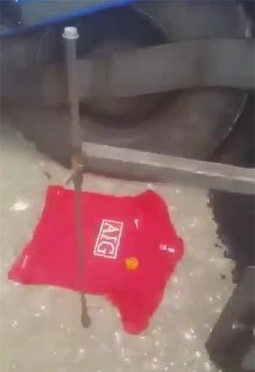 CĐV hả hê chôn áo Man Utd trong sân Etihad của Man City - Ảnh 2.