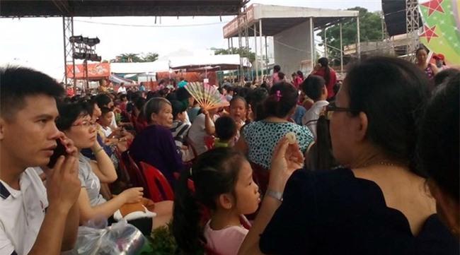 Khan gia Binh Dinh den tu 13h doi Hoai Linh dien luc 22h hinh anh 1