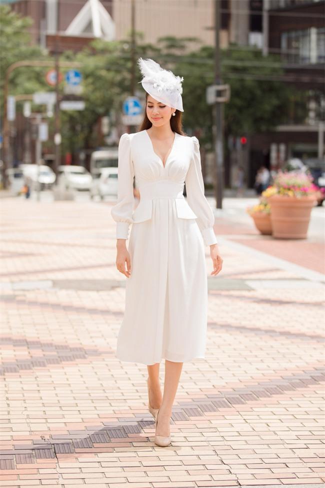 Minh Tú mặc đầm trắng hở vừa phải, dẫn đầu top sao mặc đẹp tháng 7 - Ảnh 1.