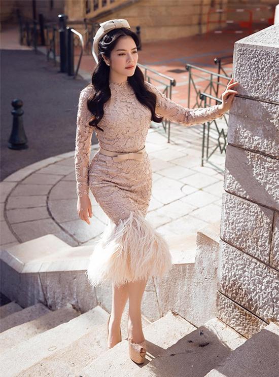 Minh Tú mặc đầm trắng hở vừa phải, dẫn đầu top sao mặc đẹp tháng 7 - Ảnh 11.