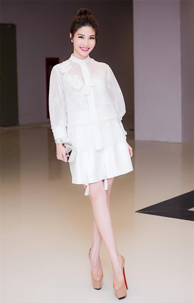 Minh Tú mặc đầm trắng hở vừa phải, dẫn đầu top sao mặc đẹp tháng 7 - Ảnh 12.
