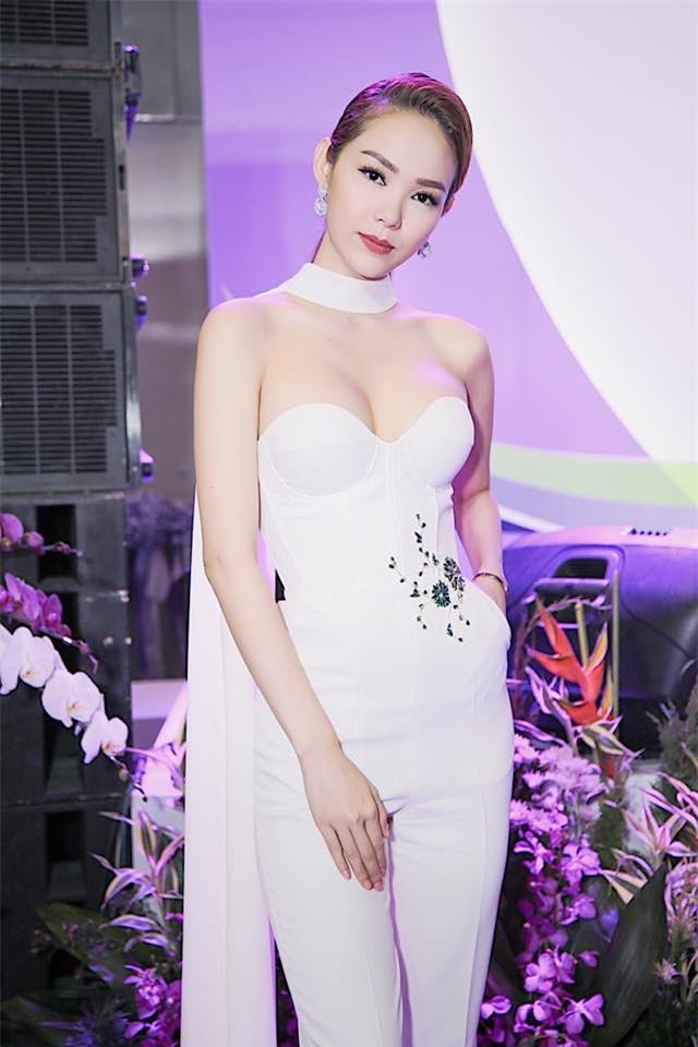 Minh Tú mặc đầm trắng hở vừa phải, dẫn đầu top sao mặc đẹp tháng 7 - Ảnh 15.