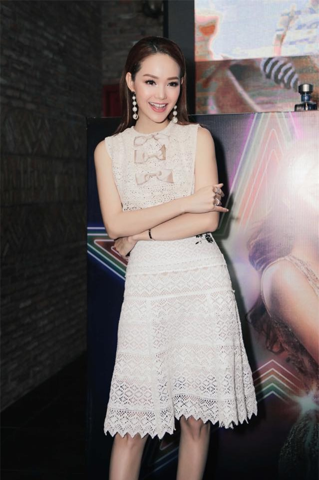 Minh Tú mặc đầm trắng hở vừa phải, dẫn đầu top sao mặc đẹp tháng 7 - Ảnh 16.