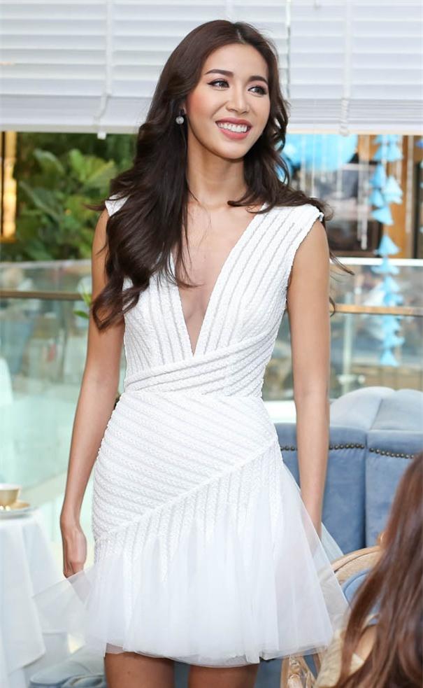 Minh Tú mặc đầm trắng hở vừa phải, dẫn đầu top sao mặc đẹp tháng 7 - Ảnh 2.