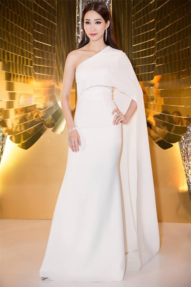 Minh Tú mặc đầm trắng hở vừa phải, dẫn đầu top sao mặc đẹp tháng 7 - Ảnh 3.