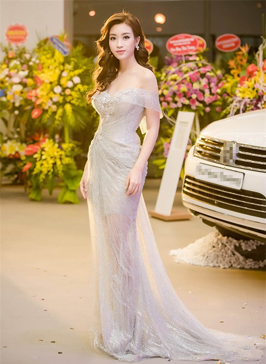 Minh Tú mặc đầm trắng hở vừa phải, dẫn đầu top sao mặc đẹp tháng 7 - Ảnh 4.