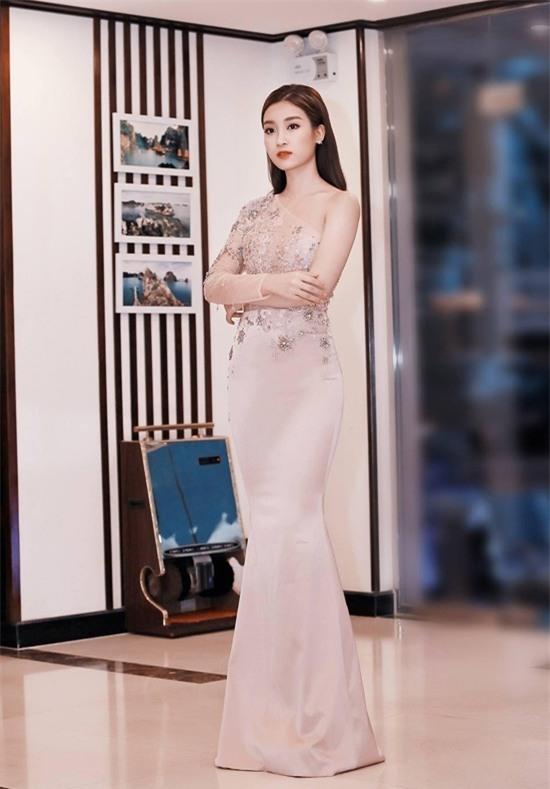 Minh Tú mặc đầm trắng hở vừa phải, dẫn đầu top sao mặc đẹp tháng 7 - Ảnh 5.