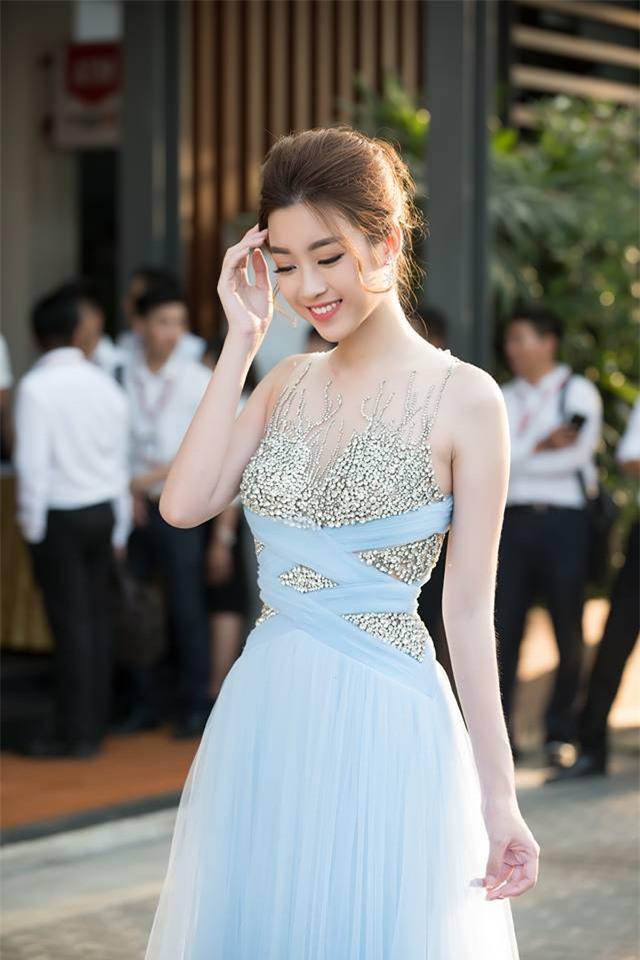 Minh Tú mặc đầm trắng hở vừa phải, dẫn đầu top sao mặc đẹp tháng 7 - Ảnh 6.