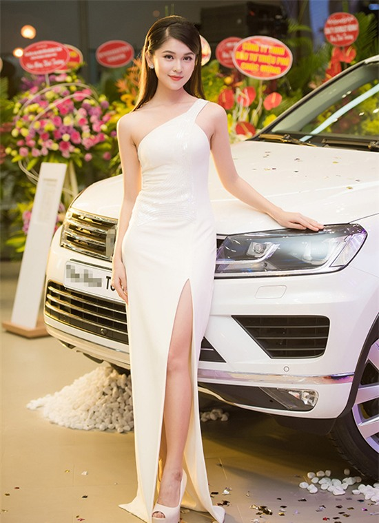 Minh Tú mặc đầm trắng hở vừa phải, dẫn đầu top sao mặc đẹp tháng 7 - Ảnh 7.