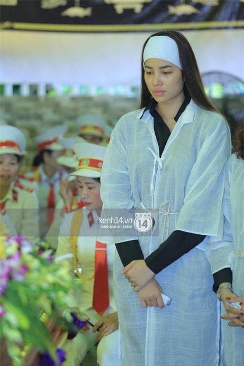 Phạm Hương khóc nấc quỳ bên mộ bố đau đớn nói lời vĩnh biệt - Ảnh 2.