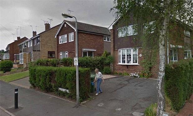 Cô gái nhìn thấy người mẹ đã mất của mình đang tưới cây trong vườn qua Google Earth - Ảnh 1.