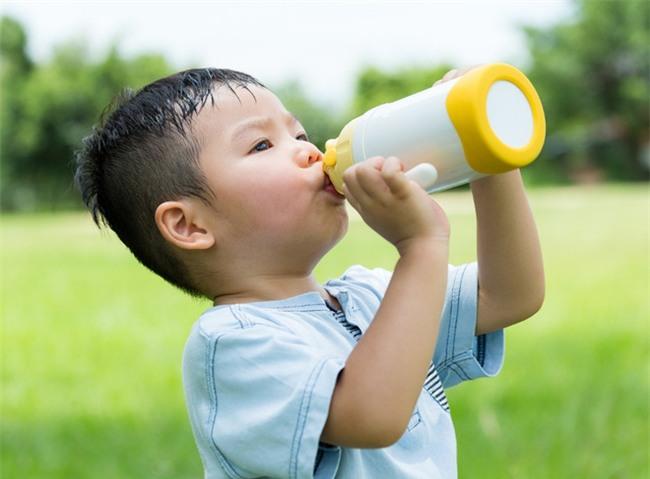 Cảnh báo: Hiện tượng nguy hiểm trẻ có thể gặp phải trong ngày nắng nóng đỉnh điểm - Ảnh 2.