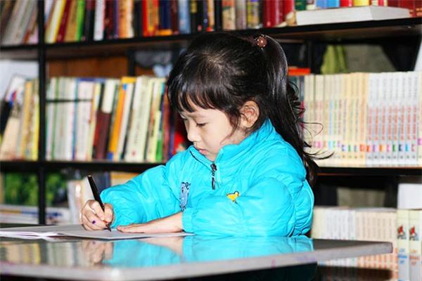 Thay vì ép con học chữ sớm, bố mẹ cần làm việc này, tự khắc con sẽ biết chữ trước khi vào lớp 1 - Ảnh 1.