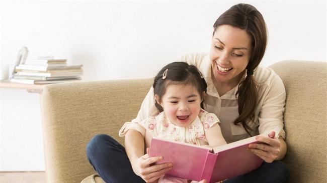 Thay vì ép con học chữ sớm, bố mẹ cần làm việc này, tự khắc con sẽ biết chữ trước khi vào lớp 1 - Ảnh 3.