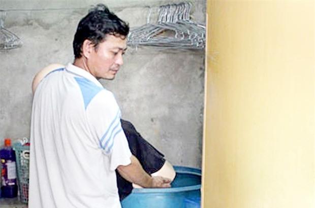 Bỏ vợ bị thương vào thùng nước đến chết rồi nói tự tử - Ảnh 1.