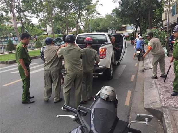 TP HCM: Nam thanh niên cầm kiếm rượt đuổi khách uống cafe, đập phá xe SH hư hỏng - Ảnh 1.