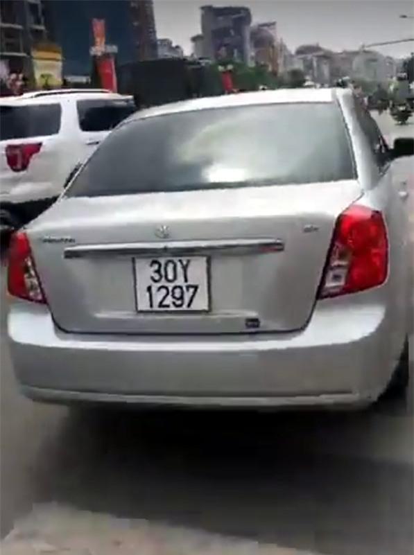 Chiếc xe ô tô bỏ chạy với tốc độ cao, bị Cảnh sát giao thông và nhiều người dân truy đuổi.