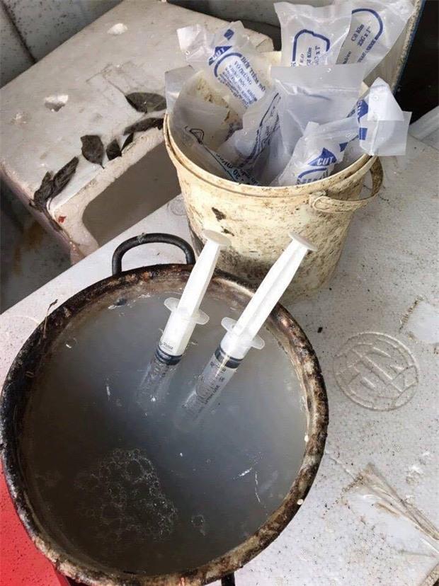 Hà Nội: Bắt quả tang cơ sở dùng kim tiêm bơm tạp chất vào tôm - Ảnh 1.