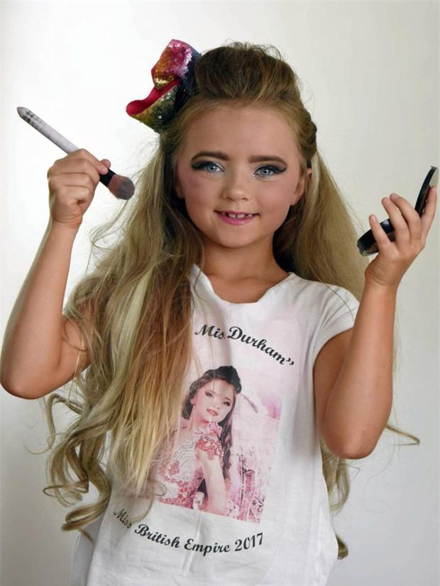 Mới 7 tuổi, cô bé đã bị mẹ bắt nhuộm tóc, trang điểm, làm da nâu để nổi tiếng và đi thi hoa hậu - Ảnh 2.