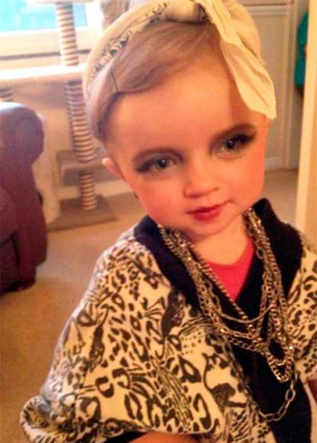 Mới 7 tuổi, cô bé đã bị mẹ bắt nhuộm tóc, trang điểm, làm da nâu để nổi tiếng và đi thi hoa hậu - Ảnh 3.
