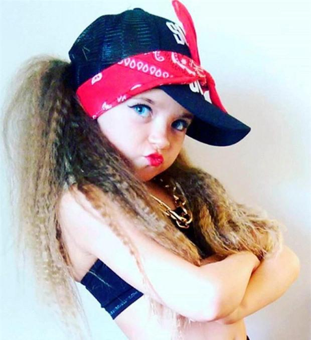 Mới 7 tuổi, cô bé đã bị mẹ bắt nhuộm tóc, trang điểm, làm da nâu để nổi tiếng và đi thi hoa hậu - Ảnh 4.