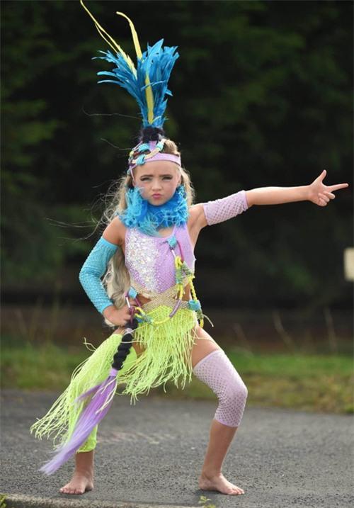 Mới 7 tuổi, cô bé đã bị mẹ bắt nhuộm tóc, trang điểm, làm da nâu để nổi tiếng và đi thi hoa hậu - Ảnh 5.