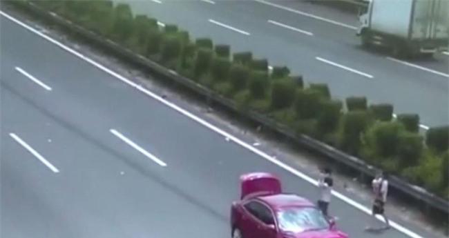 Cặp vợ chồng cùng con nhỏ thoát chết trong gang tấc trên đường cao tốc - Ảnh 1.