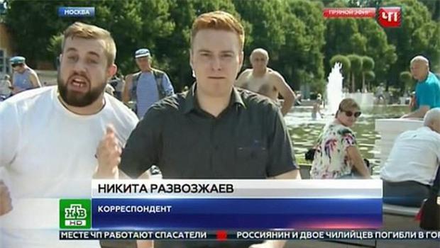 Đang phát sóng trực tiếp, nam phóng viên bị một kẻ say xỉn đấm thẳng vào mặt - Ảnh 2.