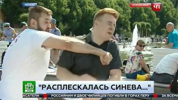 Đang phát sóng trực tiếp, nam phóng viên bị một kẻ say xỉn đấm thẳng vào mặt - Ảnh 3.