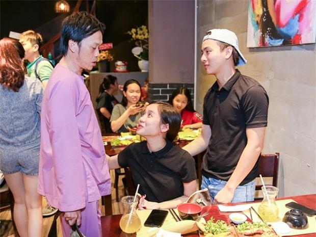 Hoài Linh thân thiết với bạn gái Hoài Lâm dù từng phản đối đám cưới - Ảnh 1.