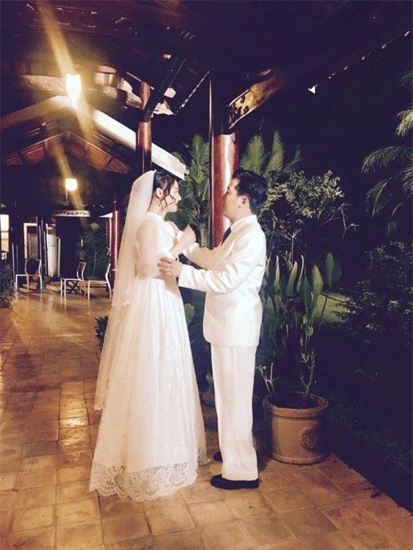 Cùng thời điểm, hình ảnh Trường Giang trong trang phục vest trắng và Nhã Phương mặc váy cô dâu được chia sẻ rộng rãi trên mạng xã hội. - Tin sao Viet - Tin tuc sao Viet - Scandal sao Viet - Tin tuc cua Sao - Tin cua Sao