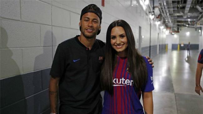 Neymar dẫn bạn gái siêu mẫu chào PSG, thành Paris phát cuồng - 3
